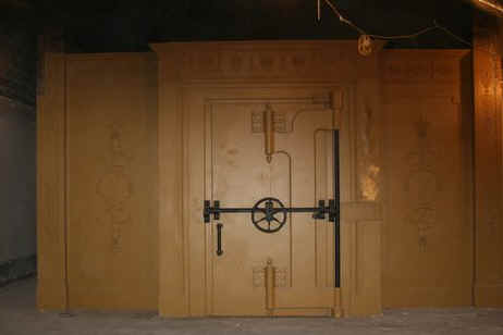 Hollar in vault door (1).jpg (27009 bytes)