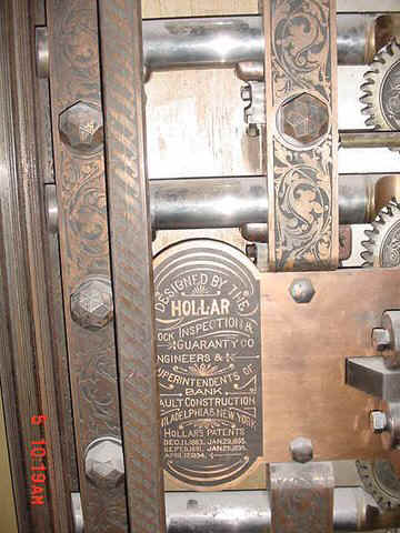 Hollar in vault door (4).jpg (55507 bytes)
